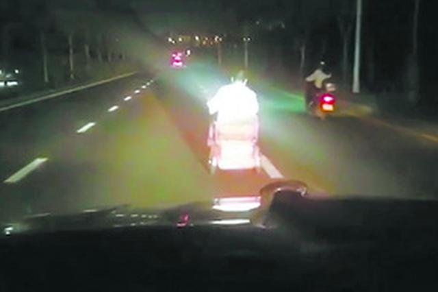 廈門:殘疾車在黑暗路上行駛 志愿者開車燈照亮回家路