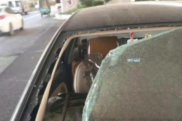 漳州:天降鋼筋砸爆小車后擋玻璃 車內兩人躲過一劫