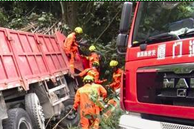 厦门同安两部货车山路相撞 消防救出被困司机