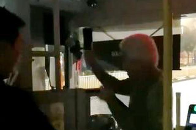 福州:坐反方向引口角依伯殴打公交司机 警方介入调查