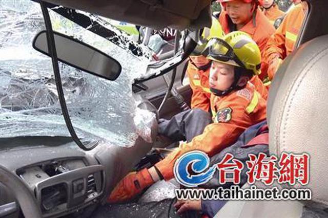 沈海高速厦门往漳州方向皮卡追尾半挂车 消防救出一人