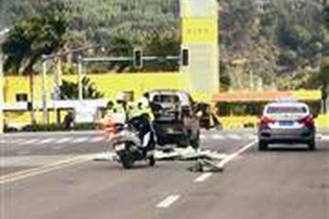 漳州两名女骑警帮车主捡散落货物 获市民点赞