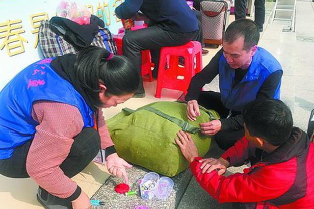 春运首日厦门火车站发送8.2万人次 志愿者们暖心服务