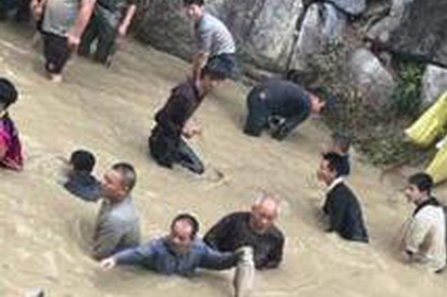 漳州平和5000多人河里抓鱼 为在新春博个好彩头