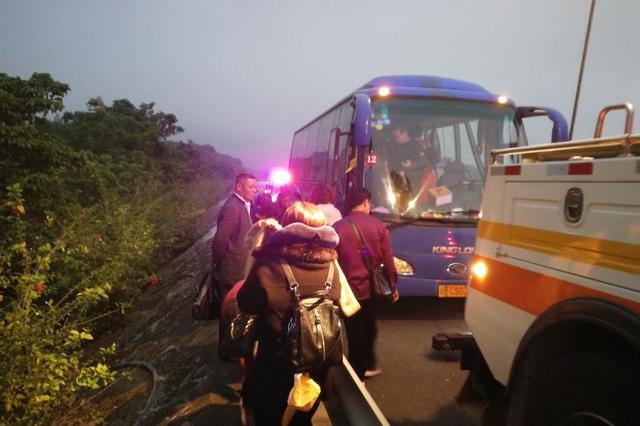漳州:大客车故障抛锚,33名员工被困高速