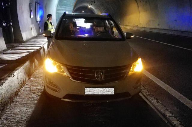 漳州:一家五口被困高速隧道,高速执法队员紧急救助