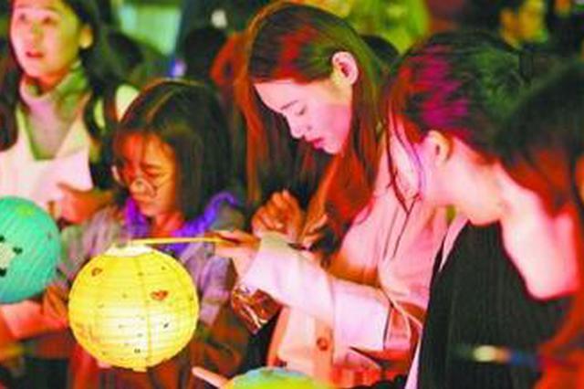 厦大首次举办灯会留学生玩剪纸 让传统文化传承下去