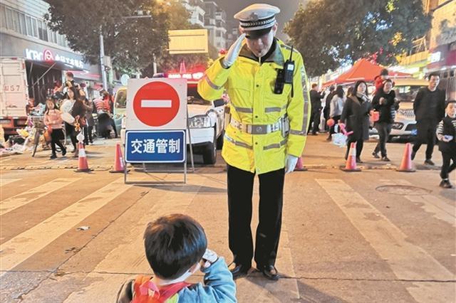 泉州元宵街头现暖心一幕:2岁男孩向交警父亲敬礼