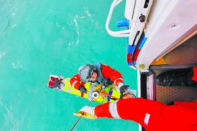福州海域一渔民突发疾病晕厥 直升机赶来救援