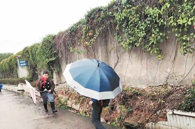 泉州一社区百米围墙破损严重 阴雨天掉落石块摇摇欲坠