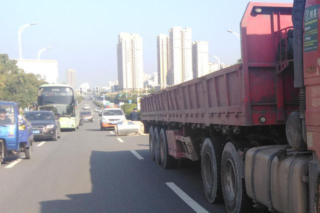 漳州:超车道上滚落4?#24535;?#22411;?#24535;恚?#25191;法人员紧急处置