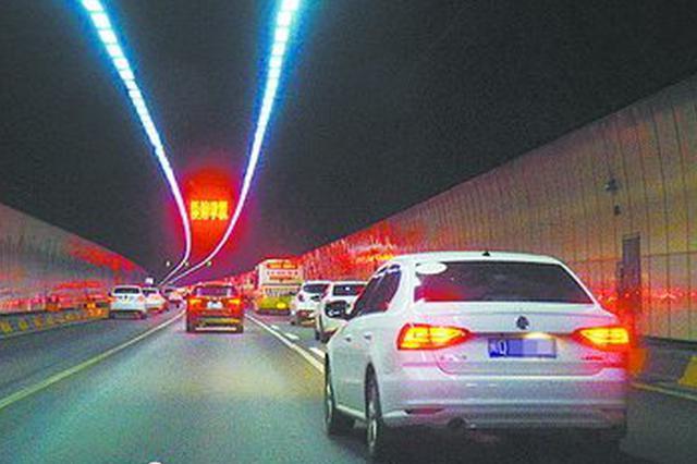 翔安隧道?#24066;?#21464;道首日:13辆车中有5辆违法变道