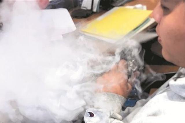 泉州部分商家悄悄向学生出售电子烟 称其环保无危害