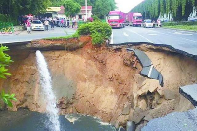 厦门兴湖路塌陷路面正在回填 抢修将持续三到五天