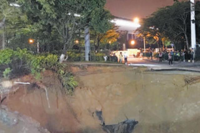 厦门兴湖路路面突然塌陷 形成深约八九米的深坑(图)