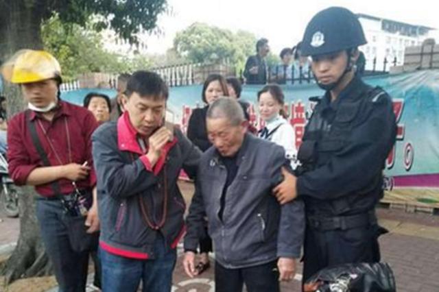福州92岁老人自行出门不慎走失 民警暖心救助
