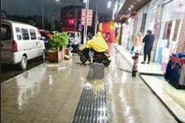 一阵狂风吹过 漳州一商场景观灯吹下来六七个