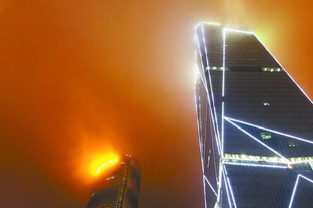 厦门市民疑大厦楼顶起火 原是平流雾导致灯光似火光