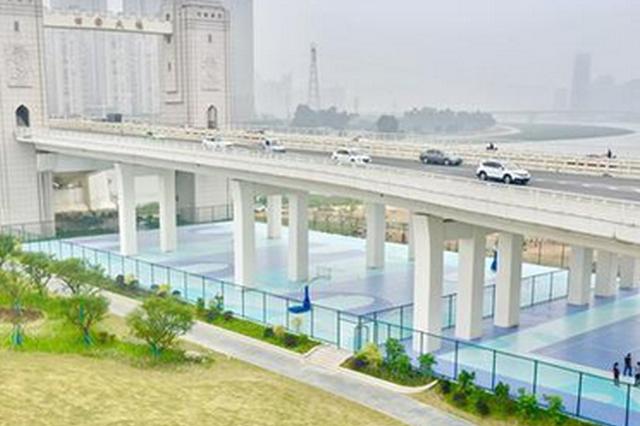 晋江南岸生态公园示范段 桥下荒地改造变身运动场