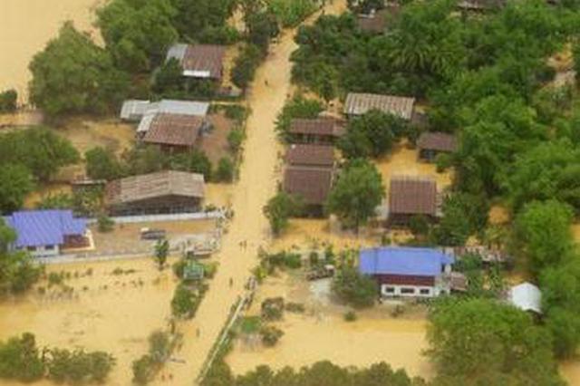 高压电线掉入洪水危险重重 三明武警救出29名被困老人