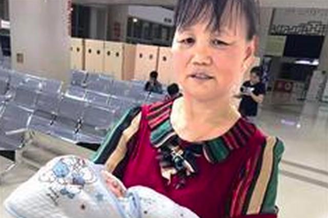 厦门一女子拎塑料袋丢垃圾 袋子打开竟是活男婴