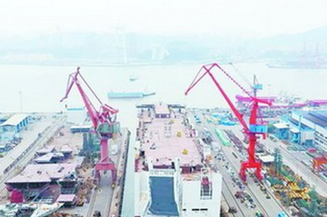 厦门造全球最大LNG汽车滚装船首制船顺利出坞