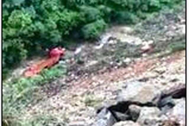 漳州一货车行驶中突遇塌方 车辆翻出路外司机死亡