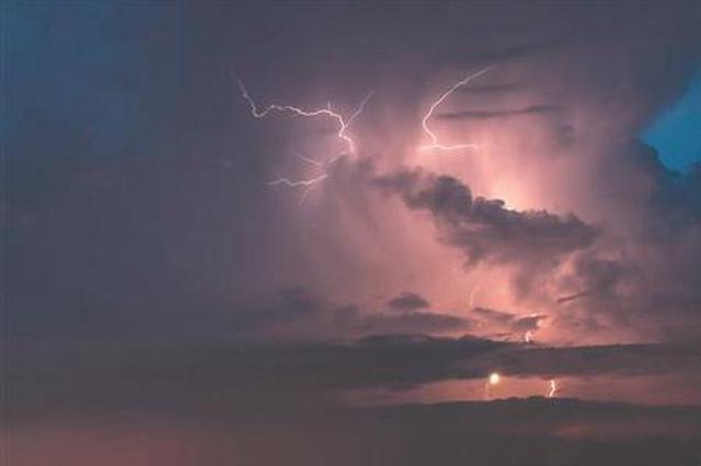 """昨日泉州出现2727次闪电 闪电定位仪""""数""""出雷电次数"""