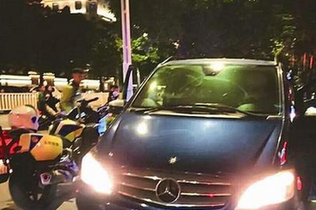 漳州交警截获一挂假牌奔驰车 车上装72箱假烟