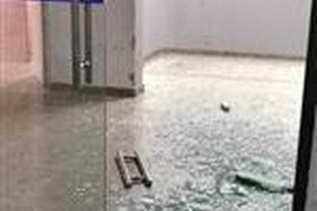 厦门一小区车库玻璃门自爆 专家:气温增高是诱因
