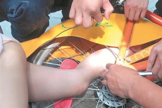 """大人图方便使用""""小黄人""""双载 泉州一女孩腿被绞入后轮"""