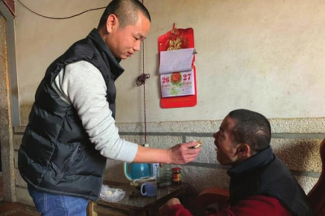 泉州南安37岁弟弟照顾残疾哥哥 至今未婚无怨无悔
