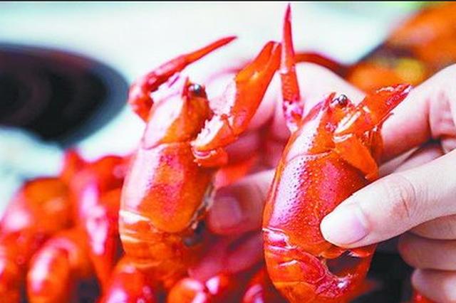 """吃小龙虾注意""""正确姿势"""" 食安专家:尽量不吃""""虾黄"""""""
