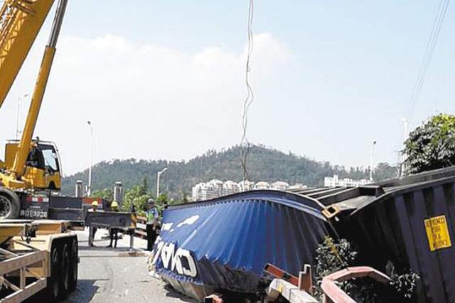 厦门海沧大桥一集装箱车侧翻 货物散落一地交通滞留