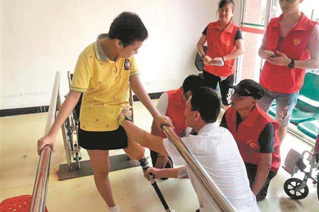 泉州一女孩不幸患重疾截肢 各界捐款帮她重新站起来