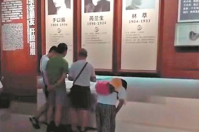 石狮女孩在南京纪念馆给每位烈士鞠躬 网友:真美!