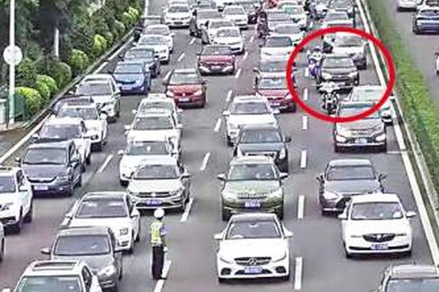 临盆孕妇赶往医院途中堵车 骑警在车流中开道护送