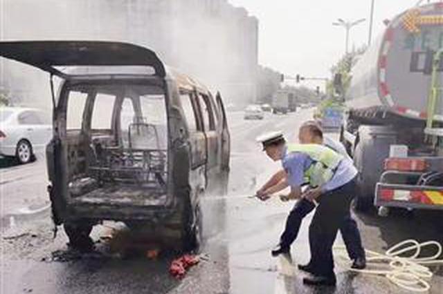 漳州一小车路上自燃 消防和洒水车来相救