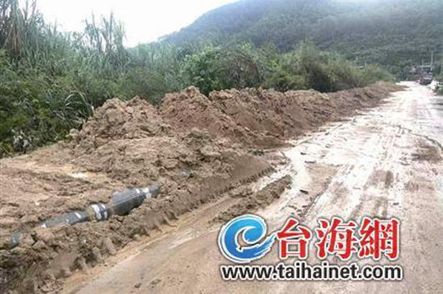漳州道路堆泥沙 严重影响村民出行
