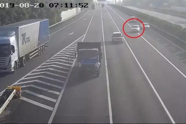 厦门高速上一小车强行违法变道 致后车底朝天翻车重摔在地