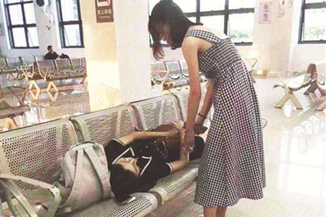 """为救助突然晕倒的女生 漳州公交车秒变""""救护车"""""""