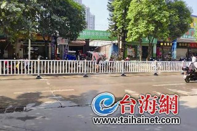 漳州一小区附近很多人爬栏杆过马路 5分钟4人爬护栏