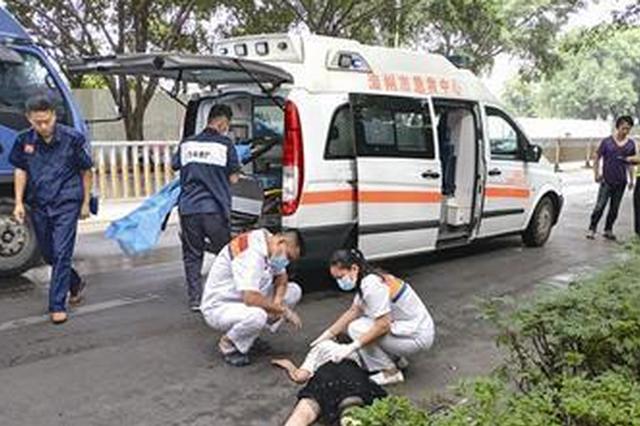 漳州一面包车和摩托车相撞 女子和婴儿都摔在路上