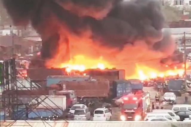 晋江一停车场发生火灾 上百辆报废车被烧毁
