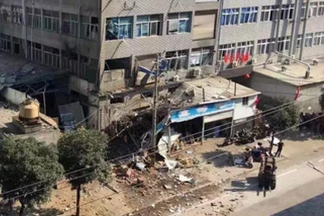 福州闽侯一厂房发出巨大响声 天花板都被震碎了