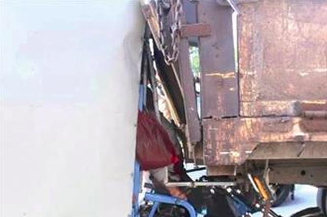 漳州一快递员边看手机边开车 迎面撞上小货车车尾