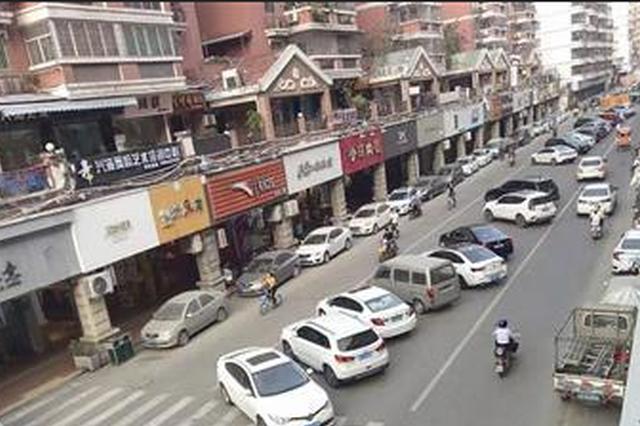 漳州市区两条大马路变停车场 1000米路程近百辆违停车