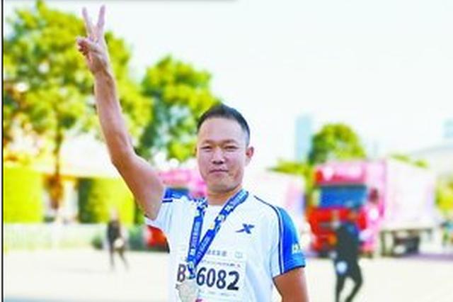 厦门市民戴着义肢跑完半马 激励他人边跑边拍短视频