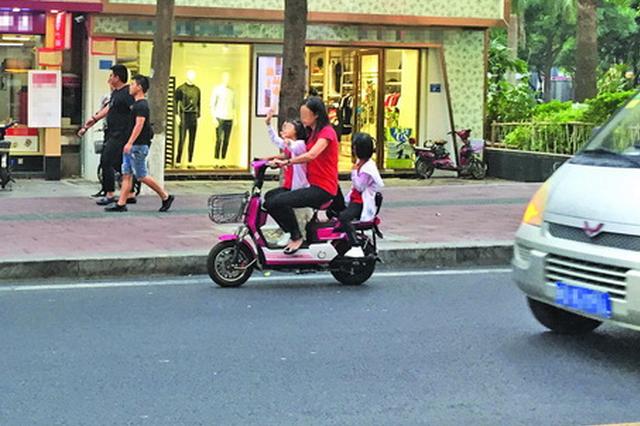交警提醒电动自行车骑手注意 5种行为危害大事故多