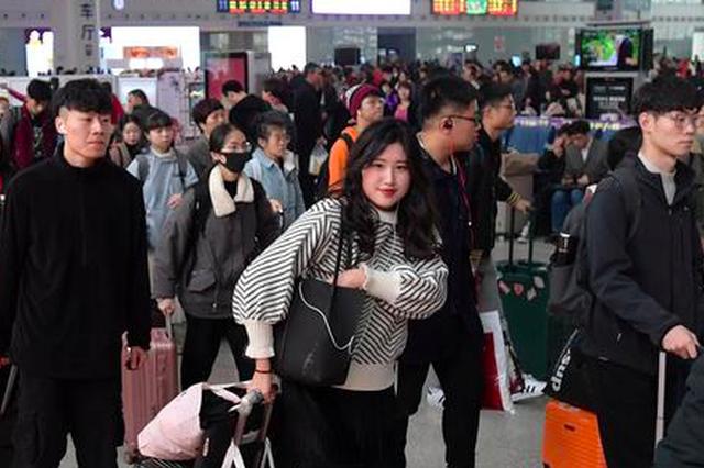 福州火车站迎学生出行潮 电子客票学生票乘车前须核验
